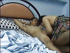 Oudere Aziatische vrouw swallos jonge jongens laden