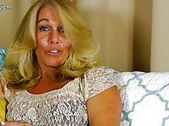 Hete Amerikaanse huisvrouw speelt met haar geschoren kutje