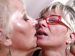 Perfecte rijpe moeders op lesbische Trio