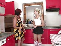 Hete volwassen en tiener lesbische scène op de keuken